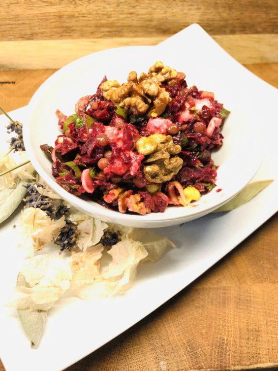 Rote Bete Salat mit Berglinsen und karamellisierten Walnüssen