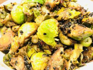 Rosenkohl mit Knoblauch Miso Sauce und schwarzem Sesam