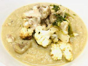 Blumenkohl Maronen Suppe mit Salbei Zitronen Öl und Mandel-Haselnuss-Creme