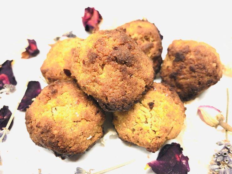 Vegane Kokos Makronen mit Datteln und Mandeln