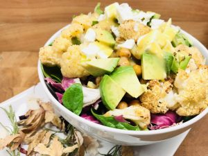 Gerösteter Blumenkohl Salat mit Kichererbsen und Avocado