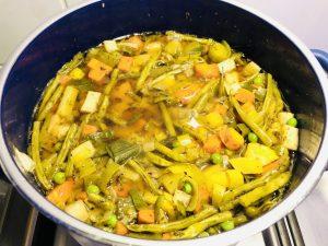 Einfache vegane Gemüse Suppe