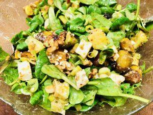 Geröstete gelbe Bete Salat mit Feta und schwarzen Maulbeeren
