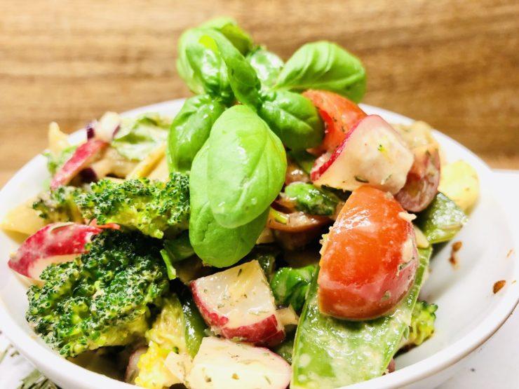 Bunter Nudelsalat mit Gartengemüse