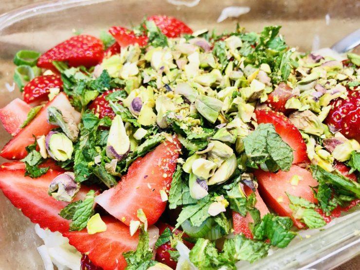 Fenchel Salat mit Pistazien und Erdbeeren und Pistazien