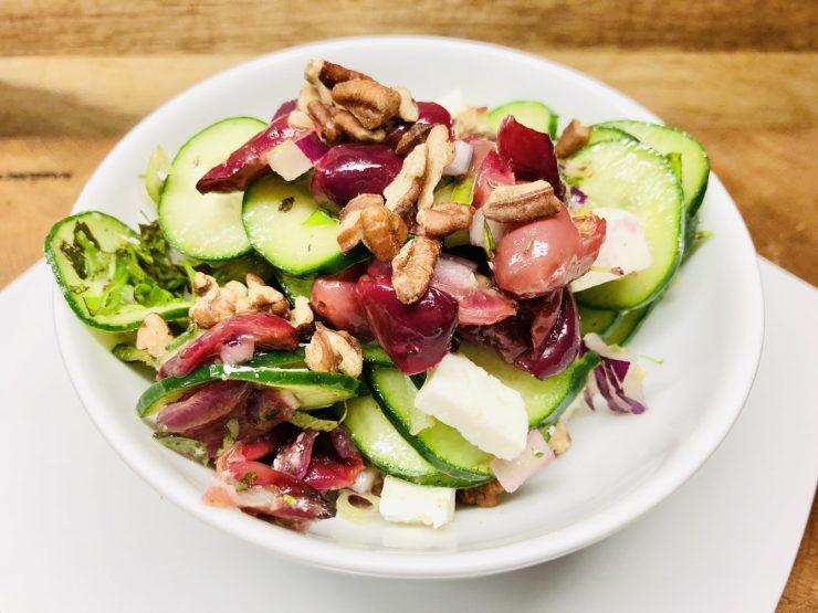Gurkensalat mit Trauben, Zwiebeln und Feta