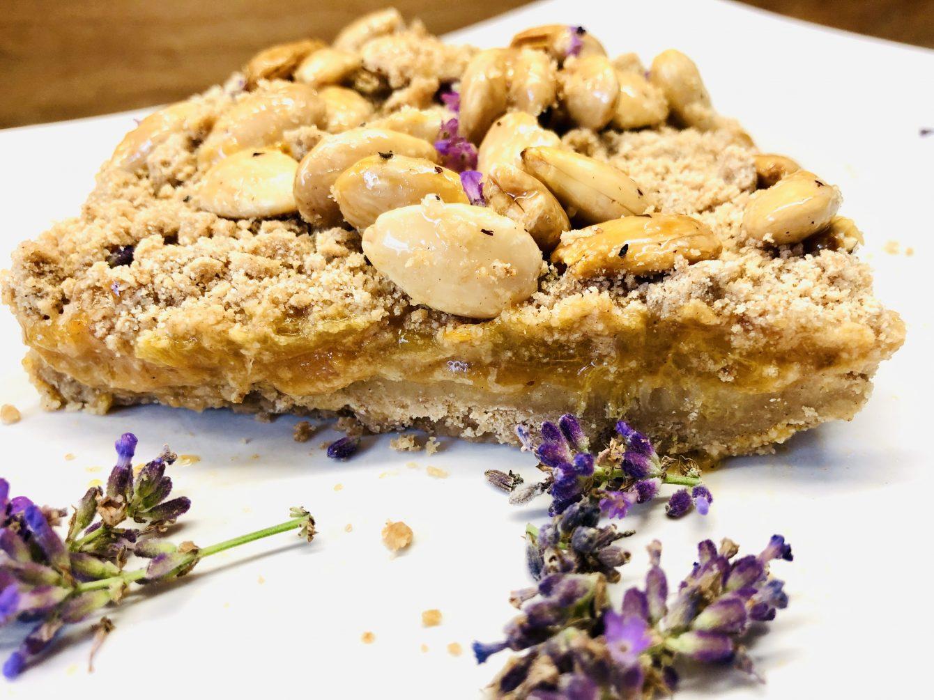 No-Bake Aprikosen Streuselkuchen mit Mandel Karamell