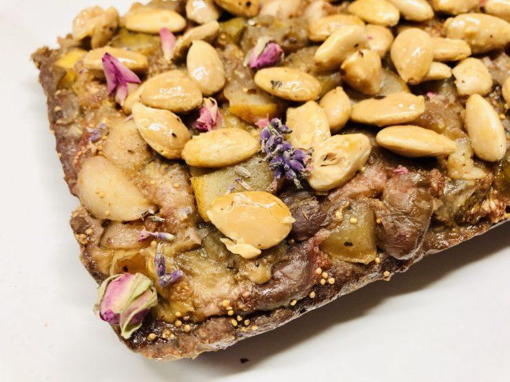 Feigen Birnen Kuchen mit karamellisierten Mandeln