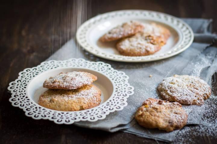 Apfel Walnuss Cookies mit Puderzucker bestäuben