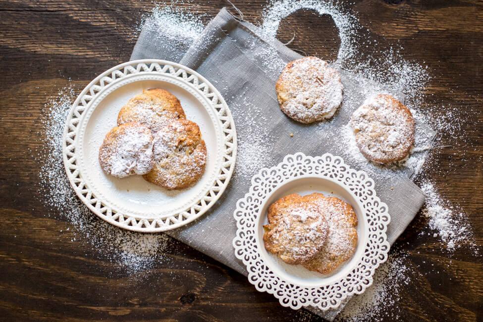 Apfel Walnuss Cookies auf weißen TEllern fotografiert