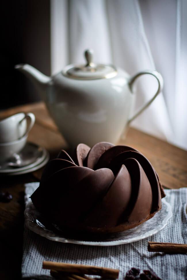 Zimt Gugelhupf mit Cranberries und SChokoladenstückchen und superglatter Schokoladenglasur im Gegenlicht
