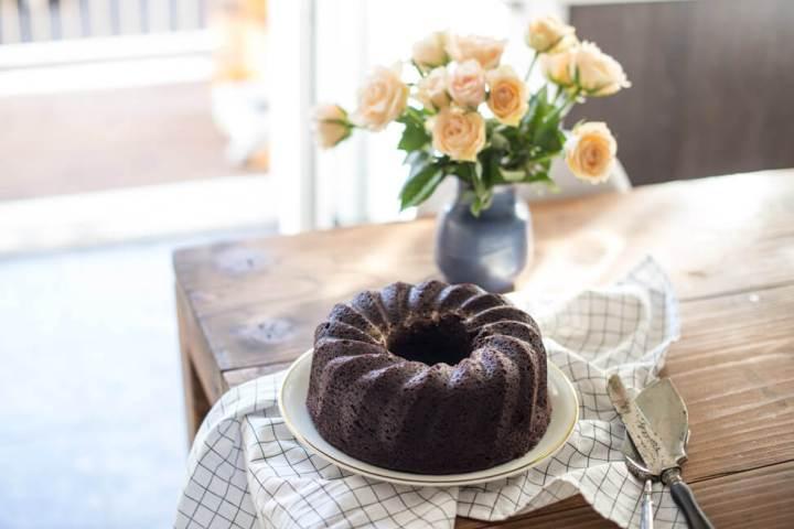 Brownie Gugelhupf auf Tisch und STrauss Rosen