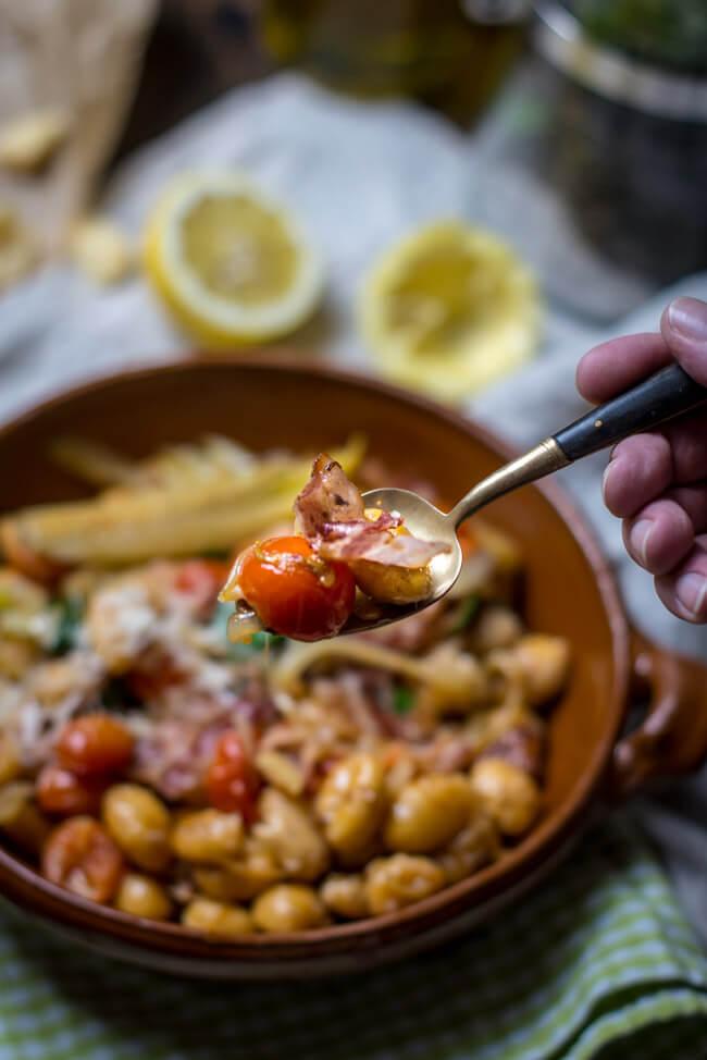 Löffel mit Tomaten, Bacon und Gnocchi