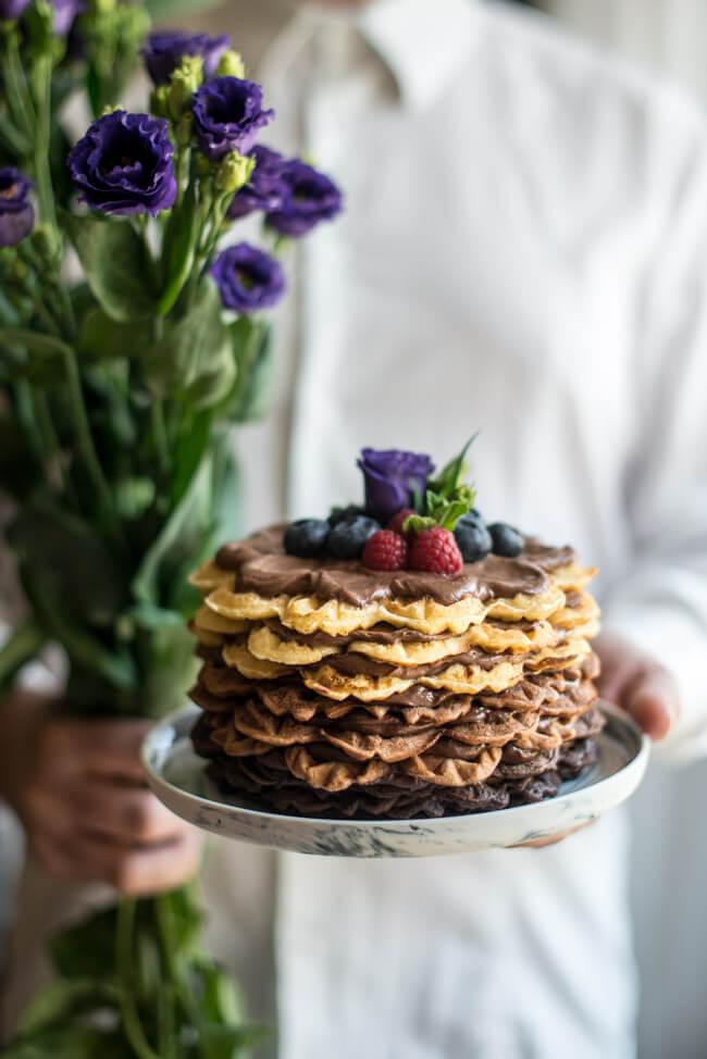 Schokoladen Törtchen und Blumenstrauß zum Muttertag