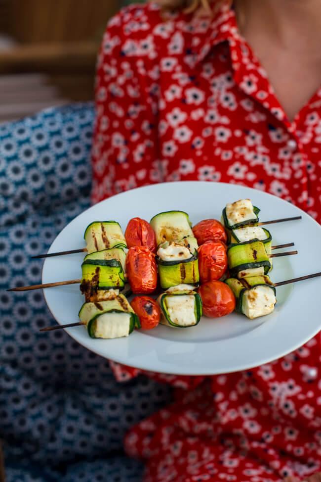 vegetarische Grillspieße aus Feta, Zucchini und Tomaten
