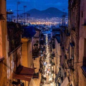 passeggiata tra i quartieri spagnoli