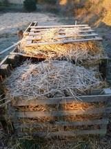 montón de compost lleno cubierto de paja
