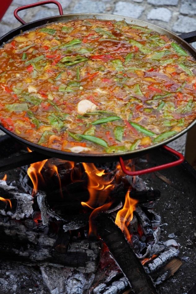 Einkochen der Brühe am Feuer