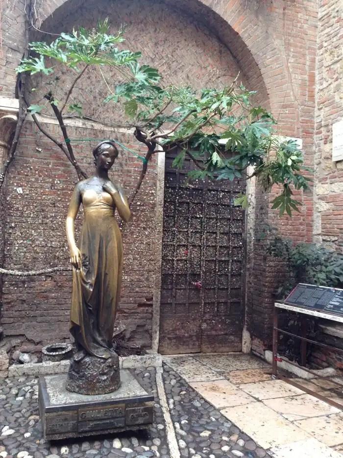 Casa di Giulietta a Verona - statua