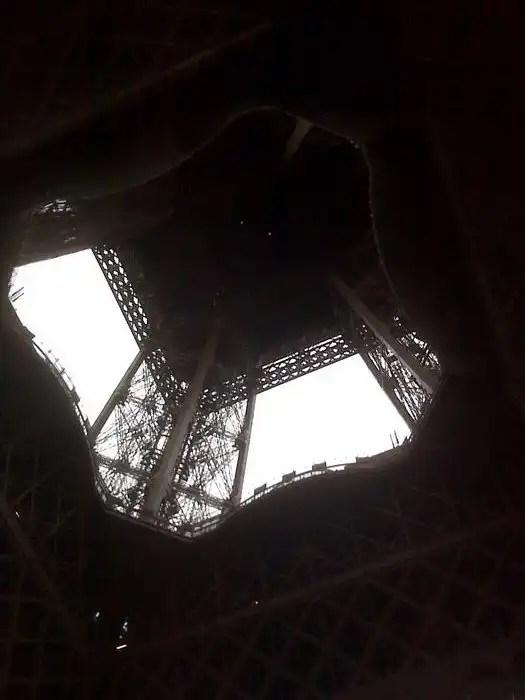 Vista della Tour Eiffel da sotto