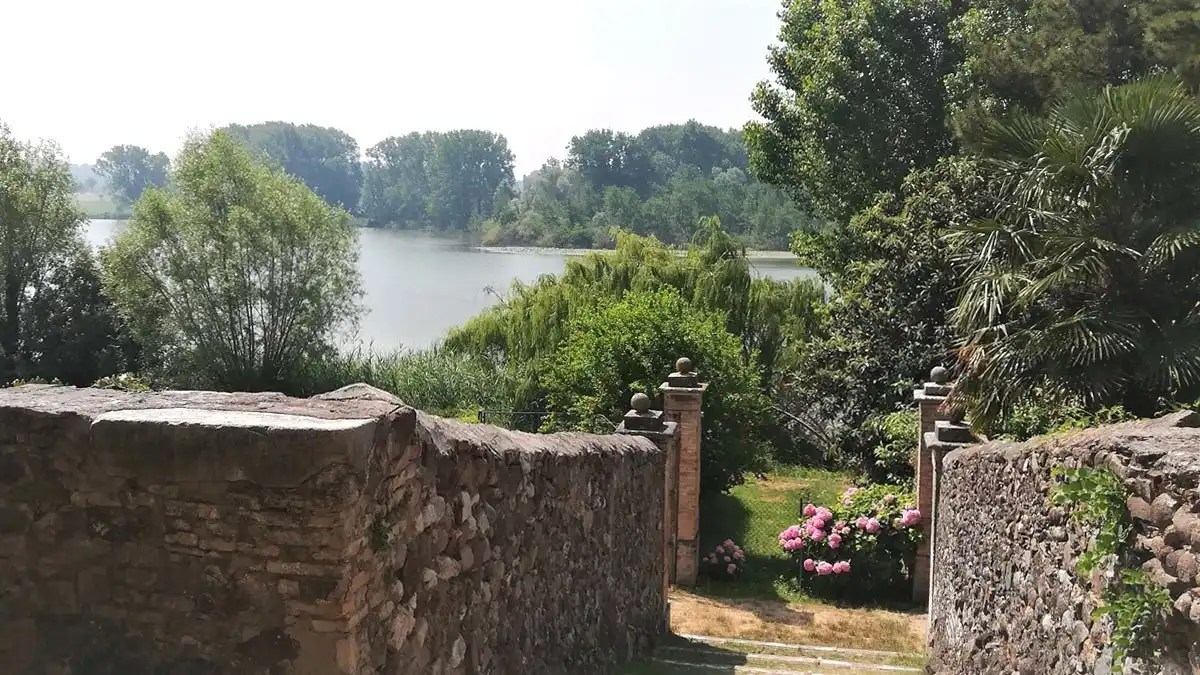 Castellaro Lagusello: visita del borgo dei giardini segreti e del lago a cuore