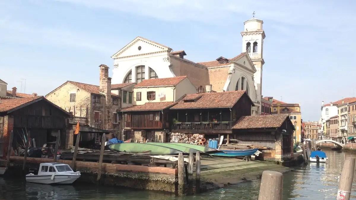 """Squero di San Trovaso: visita e storia della """"fabbrica"""" delle gondole di Venezia"""