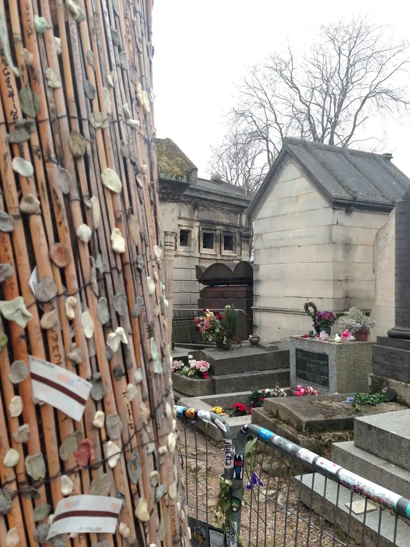 tomba Jim Morrison cimitero di Perè-Lachaise Parigi