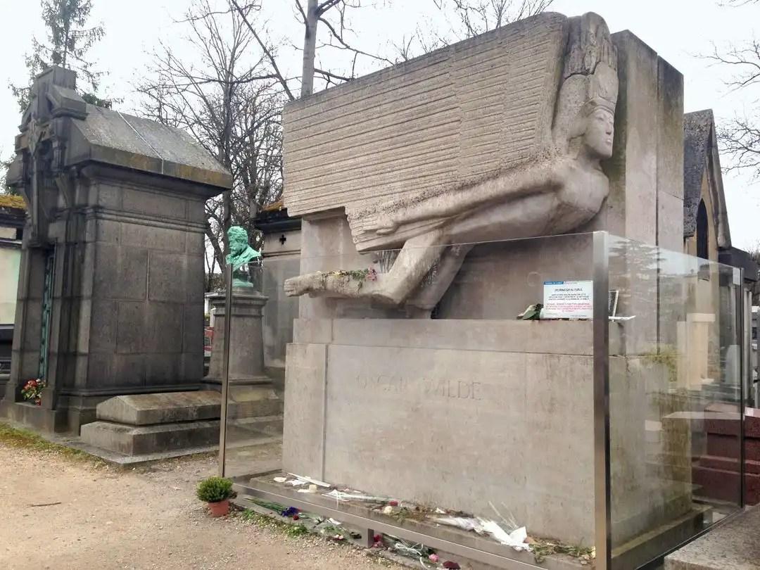 tomba Oscar Wilde cimitero di Perè-Lachaise Parigi