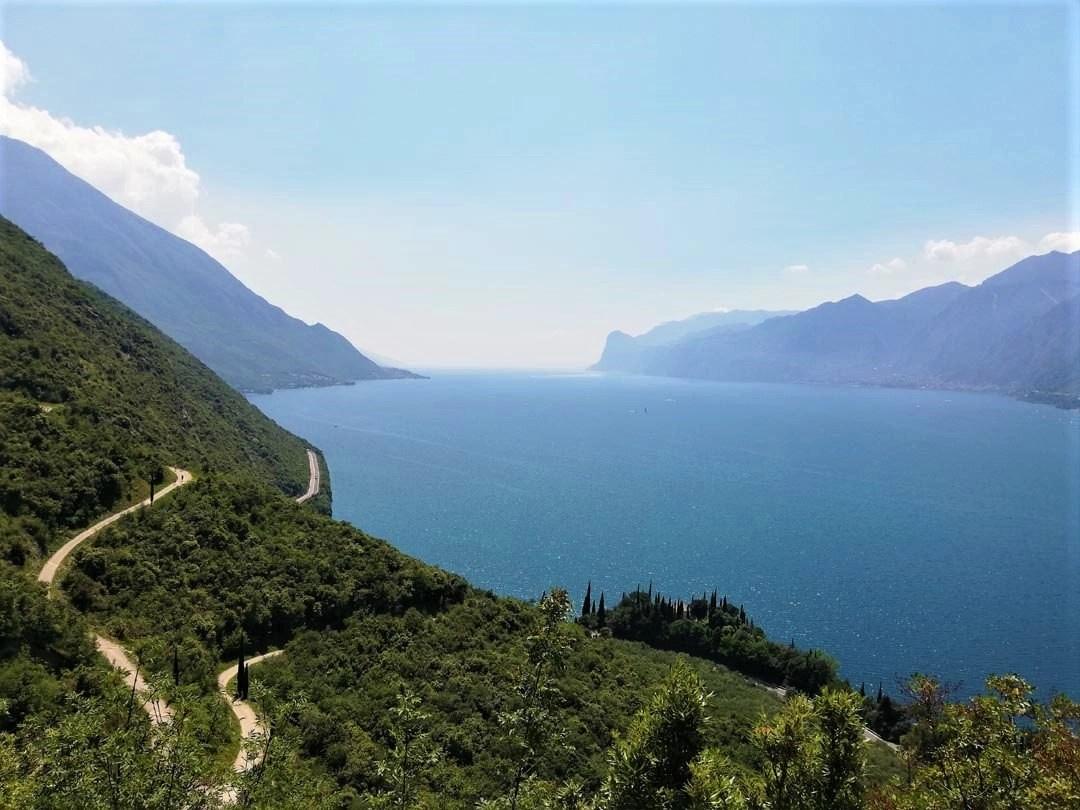 Vista del Lago di Garda dall'alto sul sentiero Busatte Tempesta