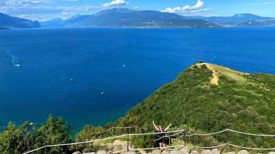 Rocca di Manerba: trekking panoramico al Lago di Garda e spiagge caraibiche