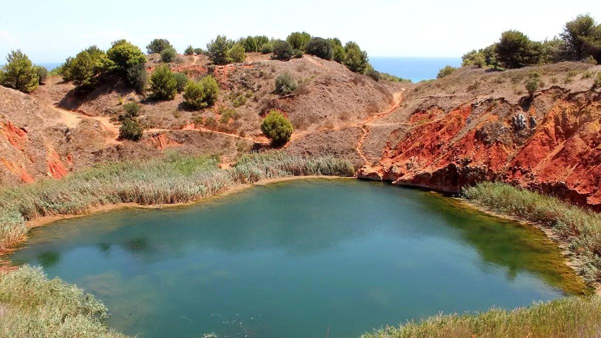 """Cava di Bauxite di Otranto: visita al """"lago rosso"""" del Salento"""