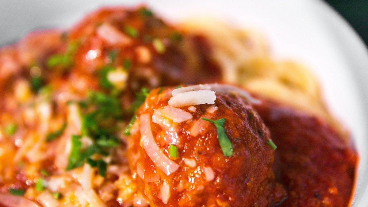 Spaghetti con polpette al sugo: la ricetta originale
