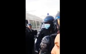 Image du policier noir au moment de l'insulte