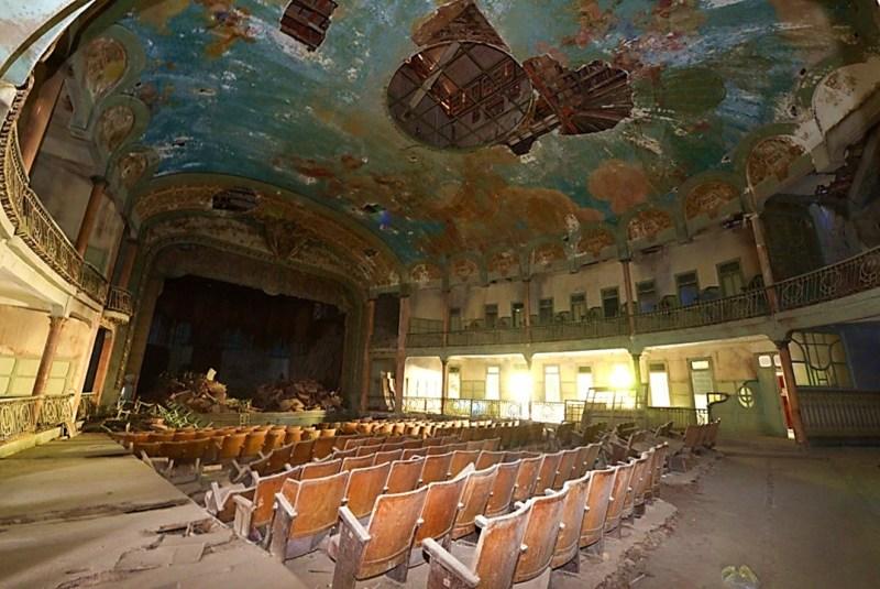 Un théâtre dans un état piteux.