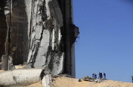 Une photo montrant le port dévasté de Beyrouth le 7 août 2020 après l'explosion massive survenue 3 jours avant. Le Maroc a entamé le 6 août l'acheminement de l'aide humanitaire et médicale vers la capitale libanaise. JOSEPH EID / AFP