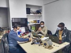 L'équipe de Life Engineering qui a créé le distributeur de gel hydroalcoolique connecté