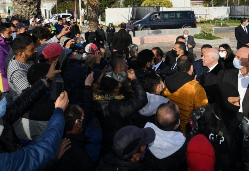 Le président Kais Saied discutant avec les citoyens à El Mnihla, à Tunis, le 19 janvier 2021.