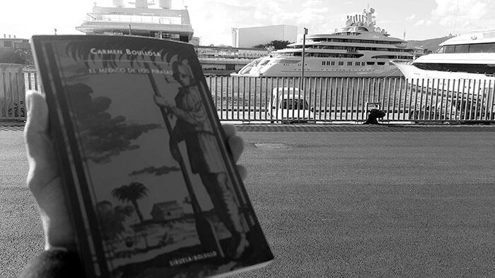 Libro sobre piratas y barco de lujo