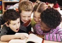 Photo de 4 enfants qui apprenne à lire