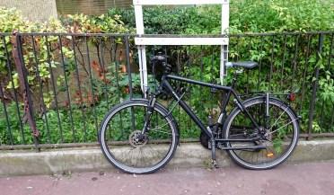 Mon vélo attaché à une barrière
