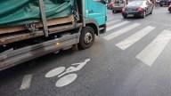 Un camion sur un sas vélo : danger !