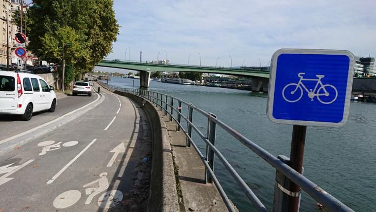 Vélo - La piste cyclable de la voie Pompidou à Paris