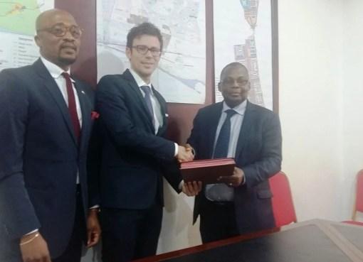 La signature entre les deux partenaires, Cristian Giacomini Directeur Général de A FOR VALUE et KRA KOFFI Pascal, directeur général de l'AIIMA , BIALIBI BOLI