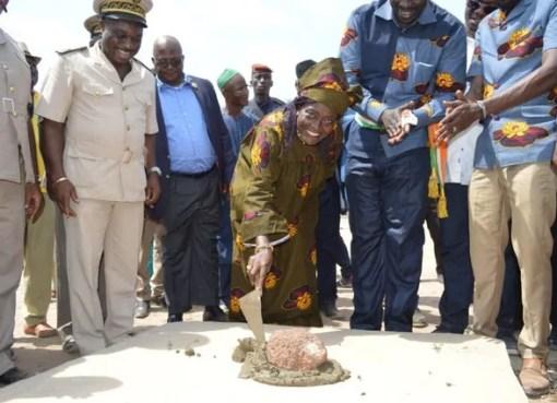 Mariatou koné a posé la première pierre du centre multimédia de morondo (nord ivoirien) LEDEBATIVOIRIEN.NET