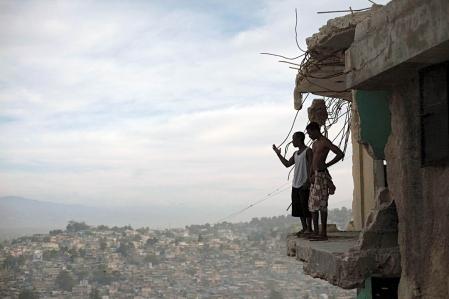 Orich Florestal et Rosemond Altidon contemplent Port-au-Prince depuis les ruines de leur appartement dévasté par le tremblement de terre du 12 janvier 2010.<br />