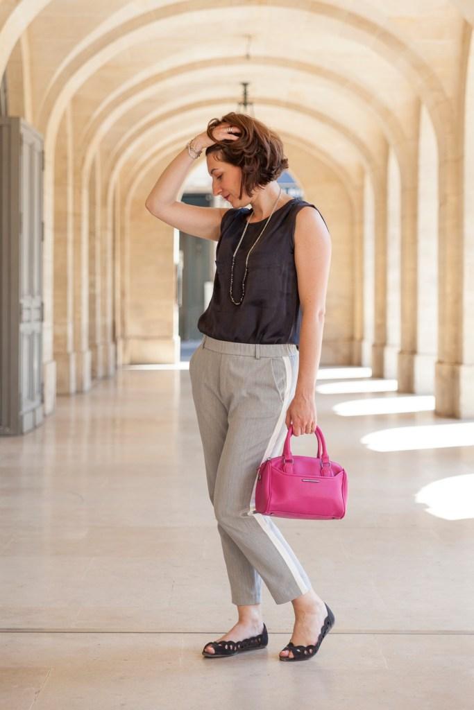 vanessa top noir, pantalon à bandes lattérales, sac rose, paris, fashion, mode, bloggueuse mode, gris