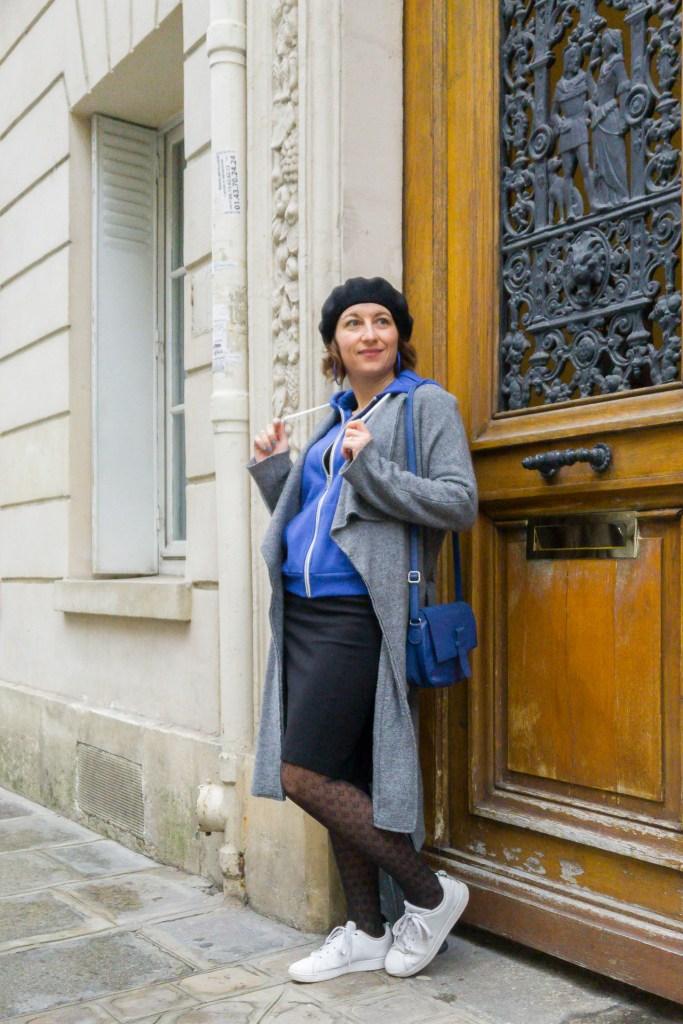 beret bleu manteau long gilet zippé jupe crayon collant à motifs paris blog porte parisienne mode fashion bloggueuse