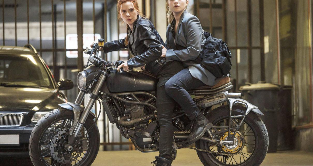 A Scarlett Johansson y Florence Pugh en una escena de Black Widow scaled - EsTuRadio.Net - Donde está tu Radio