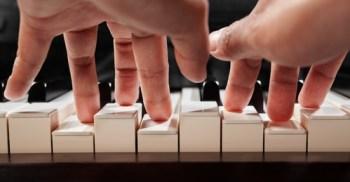 piano spelen met twee handen