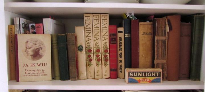 vintage boeken en tijdschriften in kast leesvoer